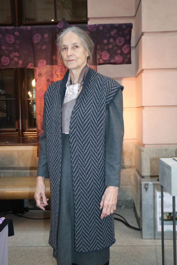 Ärmelloser Langmantel an Maria Schade mit ihren unvergleichlich Kimonos di in aufwändigen Färbeprozessen entstehen. https://www.zeughausmesse.de/teilnehmer/maria-schade