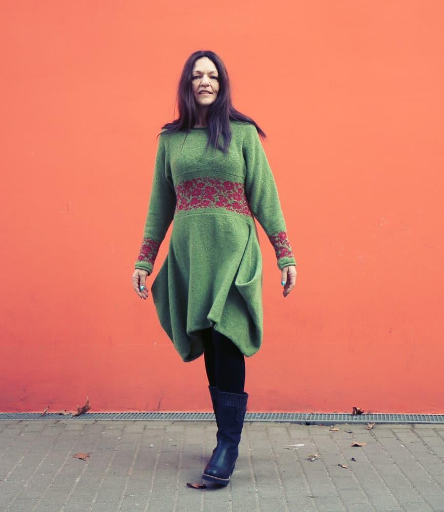 """grünes Strickkleid mit roten Rosen """"green meado"""