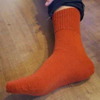 Socke gestrickt am Doppelbett