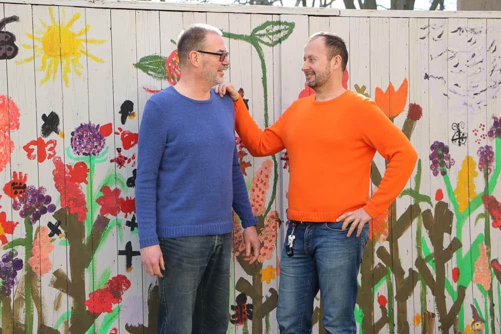 Foto: Uwe und Werner je in Pullovern gestrickt nach Schnitterstellung eines Grundschnitts für einen körpernahen Pullover mit Kugelärmel