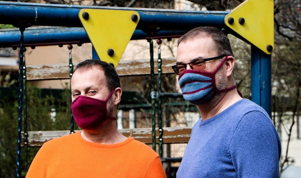 Werner und Uwe mit gestricktem Mundschutz